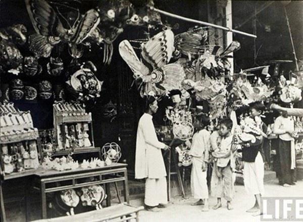 Những chiếc đèn lồng cầu kỳ nhiều hình dáng trên phố xưa